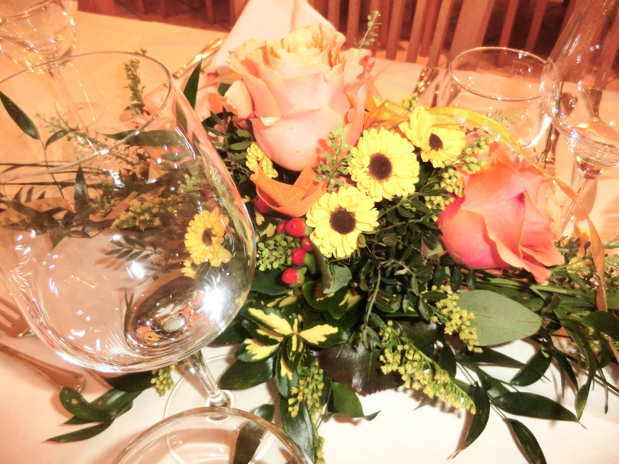 Im Restaurant sind die Tische geschmückt und gedeckt