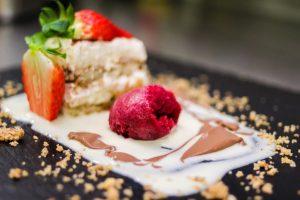 Zur Taufe das Dessert servieren