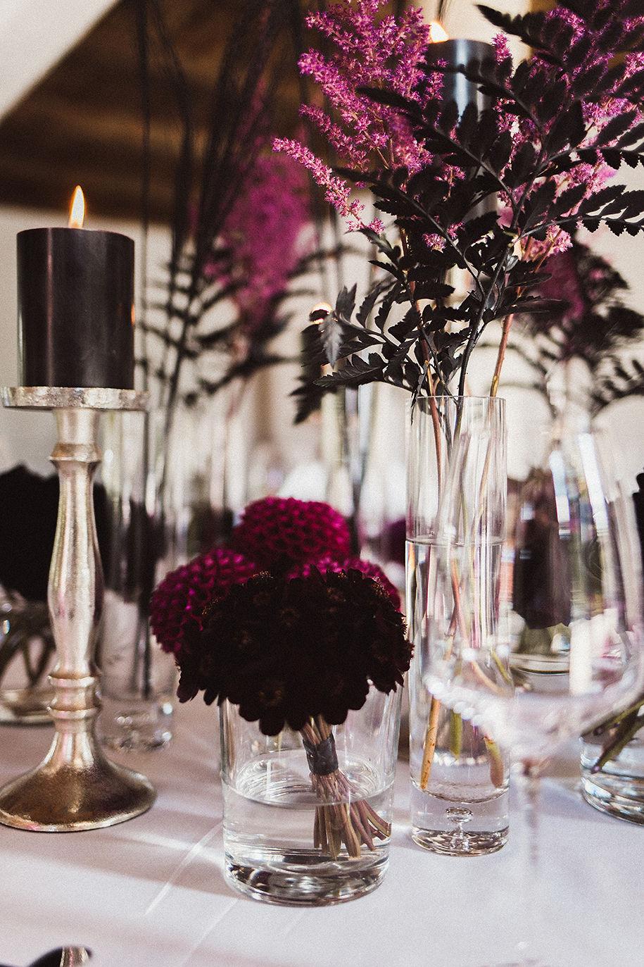 Der Hochzeitstisch mit kräftiger Farbe